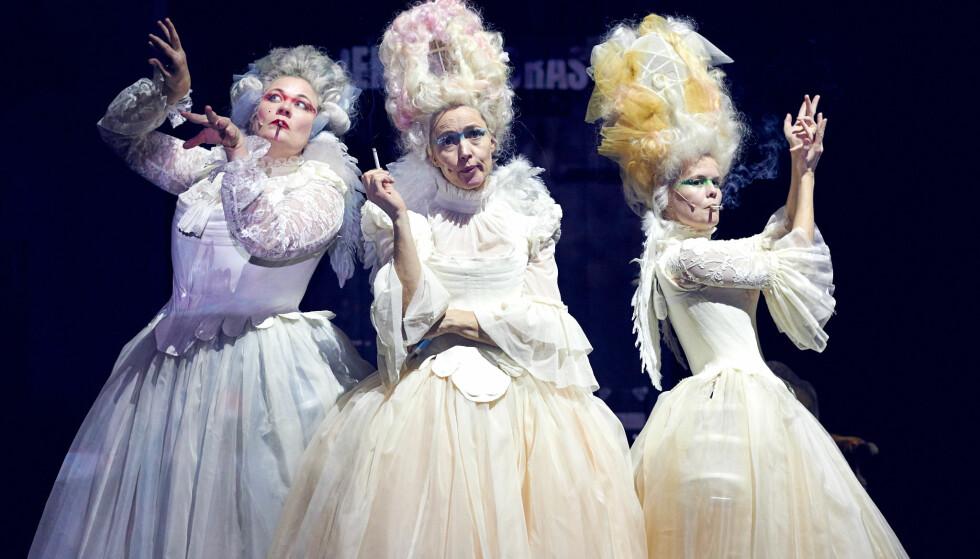 KVINNEKORET: Marika Enstad, Petronella Barker og Kjersti Tveterås som trehodet kvinnekor og/eller englekor, vi kan også kalle dem for damer i ubestemt form flertall. Foto: Øyvind Eide, Nationaltheatret