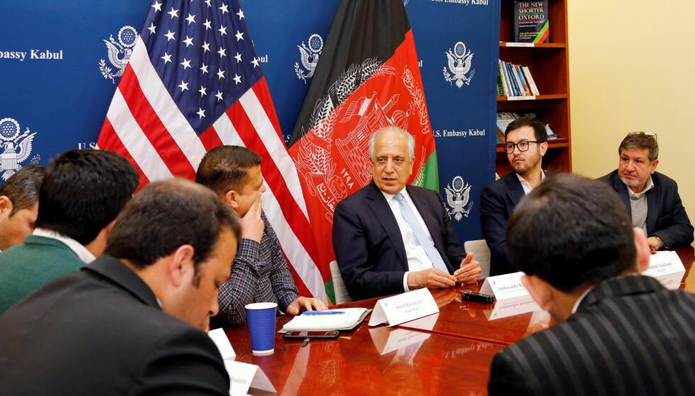 FRAMSKRITT: USA og Taliban er i prinsippet enige om rammeverket for en fredsavtale, bekrefter president Donald Trumps spesialutsending Zalmay Khalilzad. Han orienterer her lokal presse. Foto: USAs ambassade / Reuters / NTB scanpix