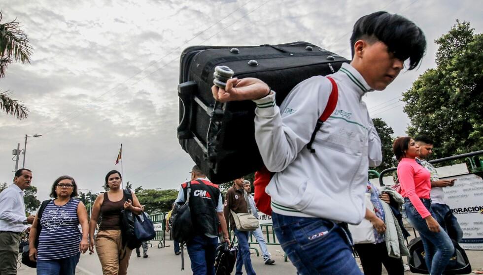 FLYKTNINGSTRØM: Bare siden 2015 har over to millioner venezuelanere flyktet til nabolandene. Her ved grensen til Colombia. Foto: Schneyder Mendoza / AFP
