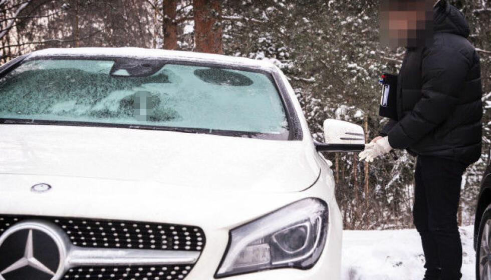 ÅPNET: Politiet undersøkte tre luksusbiler i tilknytting til pågripelsen i morges. Her tar en politimann seg inn i ett av kjøretøyene. Foto: Hans Arne Vedlog