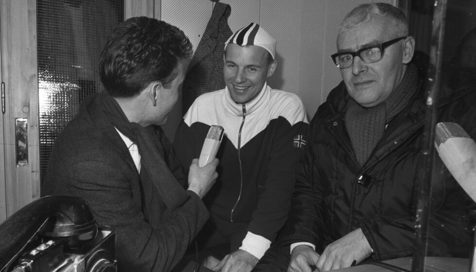 "RETT UT I SKOLEGÅRDEN: Knut Bjørnsen og Per Jorsett intervjuer Knut ""Kuppern"" Johannesen under skøyte-VM 1964.Foto: Aaserud / Aktuell / Scanpix"
