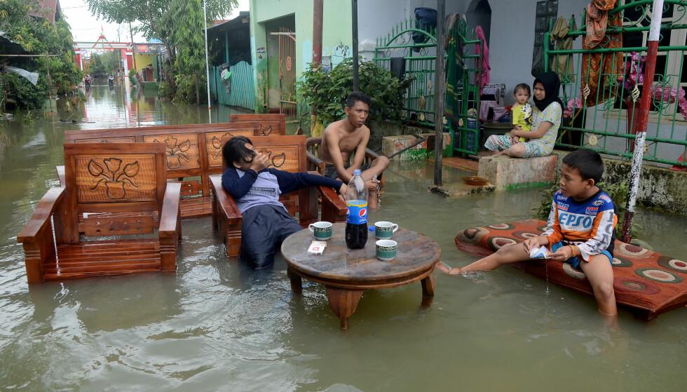 UBEBOELIG: Når havet stiger kan kystområder og øyer bli ubeboelige.  I land med ustabile styresett kan klimaendringer forsterke konflikter og bidra til borgerkrig, terrorisme og flyktningstrømmer, skriver innsender. Her fra en flom i Sulawesi, Indonesia, denne uka. Foto: Sahrul Manda Tikupadang / Antara Foto / Reuters