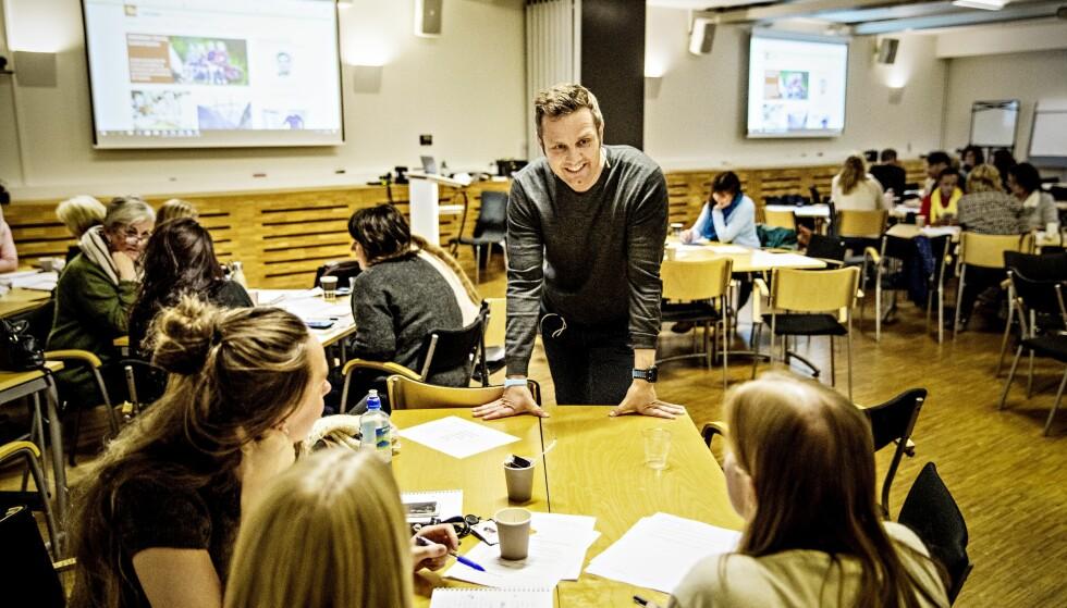 ØKONOMISK KNEKK: De fleste trenger hjelp med å se mulighetene. Da må de jeg snakker med, ha tillit til mine råd.  Paradoksalt nok, har jeg en fordel der. I flere år hadde jeg så alvorlige økonomiske utfordringer, at jeg måtte leve på et minimum, skriver Arman Vestad. Her holder han seminar for NAV i Drammen i oktober i fjor. Foto: Jørn H Moen / Dagbladet