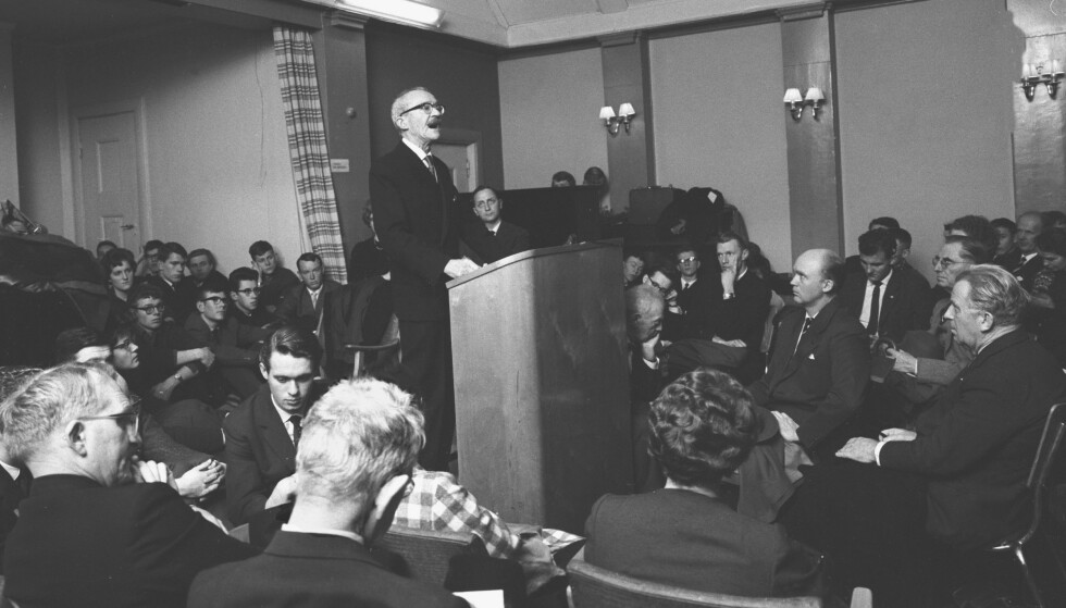 REPRISEN: I 1962 holdt Arnulf Øverland sitt foredrag «Kristendommen, den tiende landeplage» for kristne studenter. Det var en revidert utgave av 1933- foredraget, hvor han hadde han «sløyfet enkelte formuleringer som virker ekstra støtende på den harde kjernen av kristenfolket». Foto: Aage Storløkken / Aktuell / NTB Scanpix