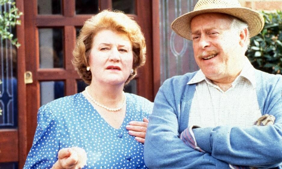 DØD: Clive Swift (t.h) ble verdenskjent som Richard Bucket i suksesserien «Høy på pæra». Fredag kunne flere britiske medier melde at han hadde avgått ved døden, 82 år gammel. Her fotografert sammen med Patricia Routledge. Foto: BBC / Discovery