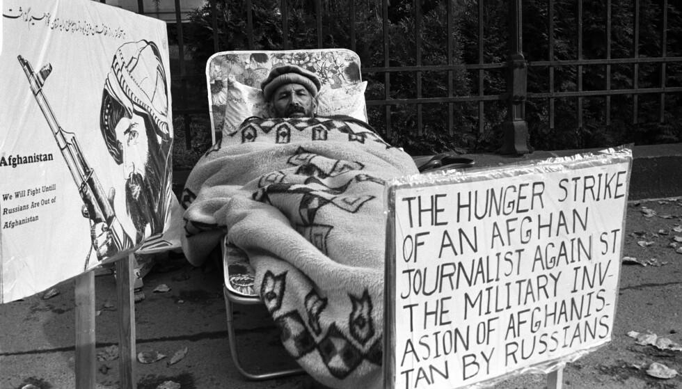 SULTESTREIKET: Yama Wolasmals far, Mohammad Hassan Wolasmal, sultestreiket i flere dager utenfor Sovjetunionens ambassade i Oslo i august 1986. Han krevde politisk asyl til afghanske flyktninger. - Vår eneste fiende er Sovjetunionen, sa han den gang til NTB. Foto: Erik Berglund / Aftenposten