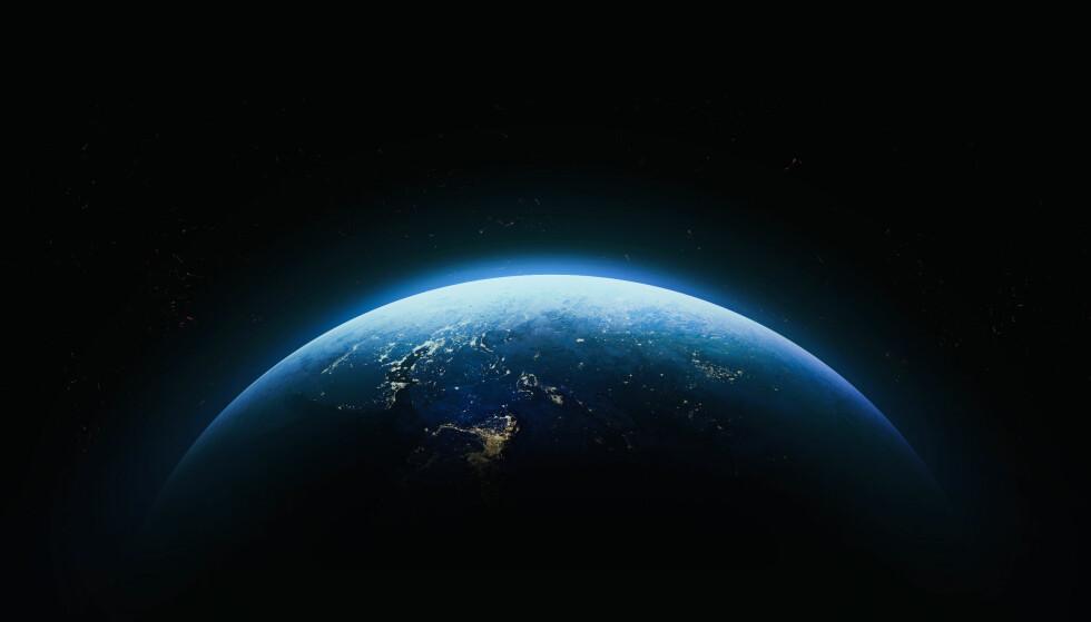 «BOMBARDERES» AV RADIOBØLGER: Forskere har oppdaget flere mystiske radiobølger fra verdensrommet. Illustrasjonsfoto: NASA/Dima Zel/Shutterstock/NTB Scanpix