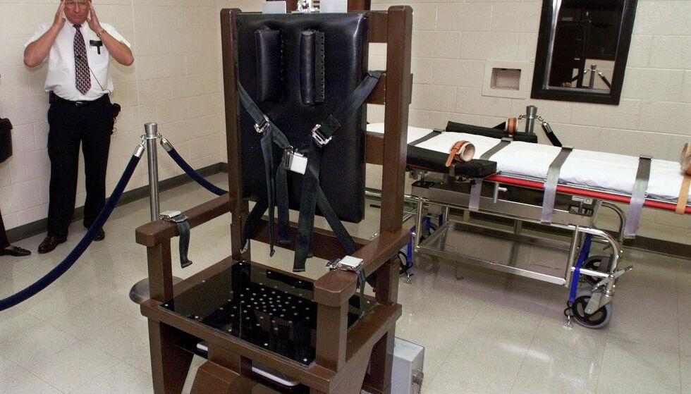 - TORTUR: Den elektriske stolen er omdiskutert nok i seg selv. Det er nå også en annen henrettelsesmetode i USA, giftsprøyta. Her ser vi begge metoder illustrert i et fengsel i Nashville, Tennessee. Foto: AP Photo/Mark Humphrey