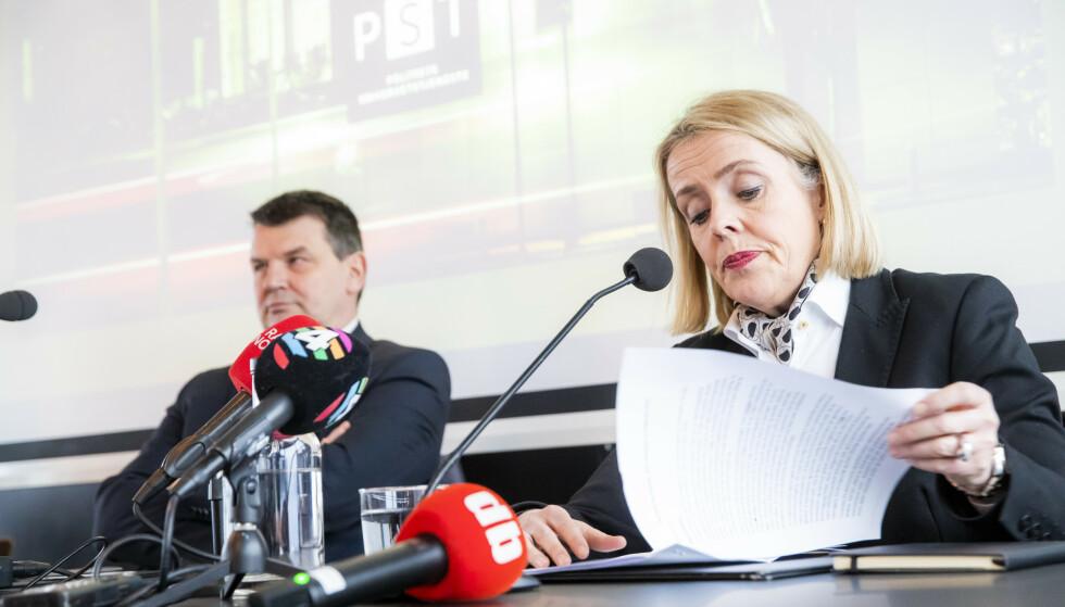TRUSSELVURDERING: PST-sjef Benedicte Bjørnland og justisminister Tor Mikkel Wara (Frp) legger fram PSTs åpne trusselvurdering på en pressekonferanse på hotellet The Thief på Tjuvholmen i Oslo mandag. Foto: Håkon Mosvold Larsen / NTB Scanpix