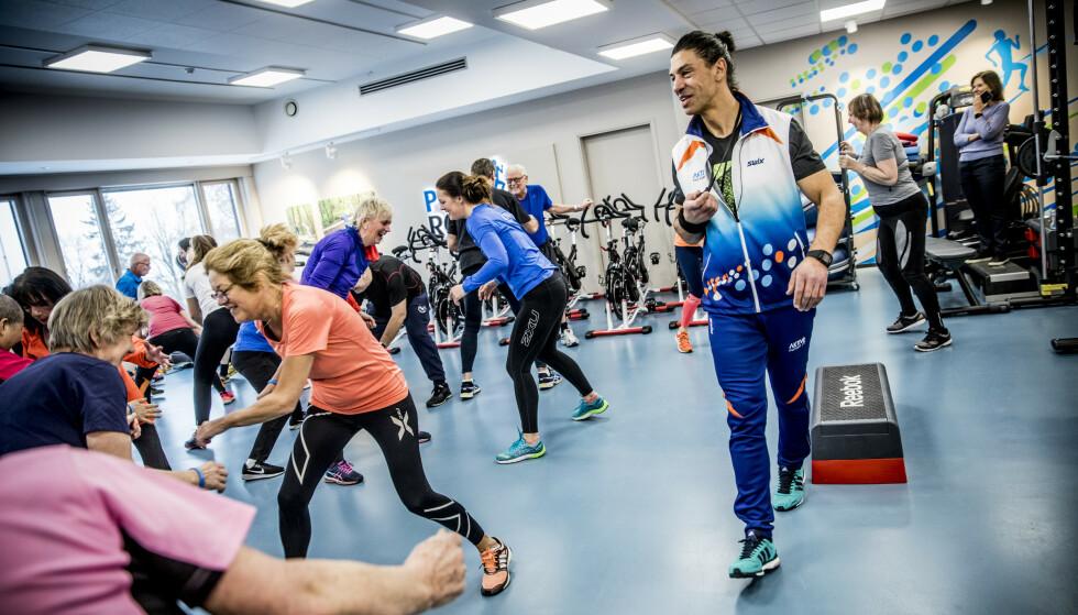 KOM I GANG: Pusterommet på Bærum sykehus er fylt opp av treningsglede kreftpasienter i anledning Verdens kreftdag.