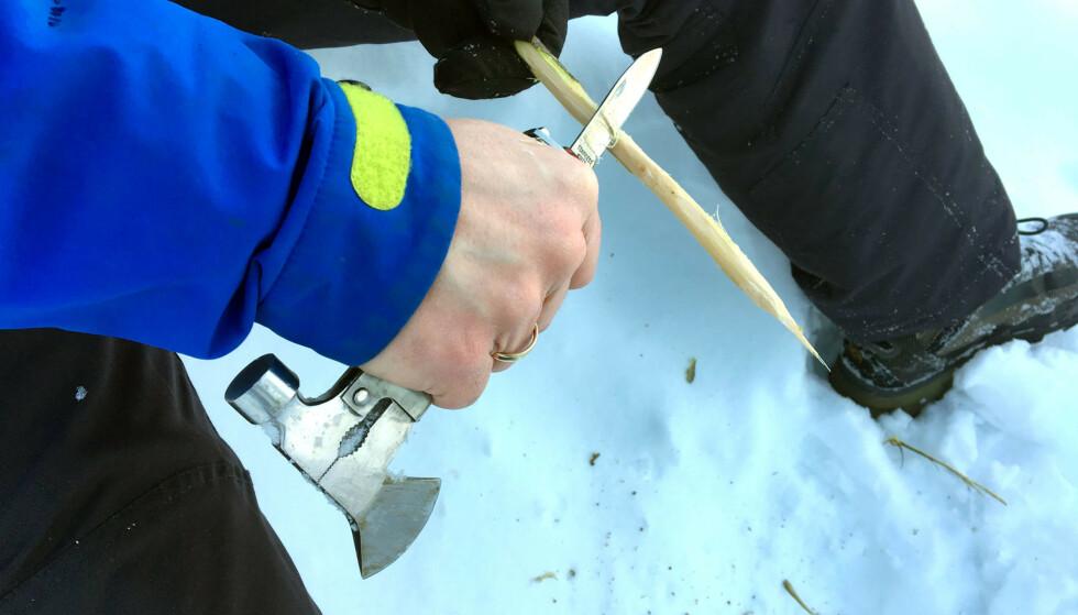 SMART: Alt du trenger for å spikke pinner og hogge tennved – i ett enkelt verktøy.