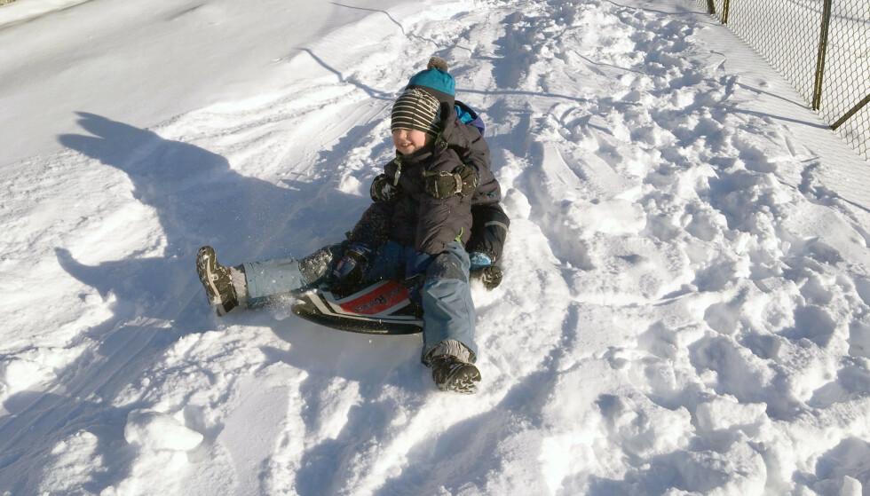HER GÅR DET UNNA: Akebrett er alltid moro på vinteren.