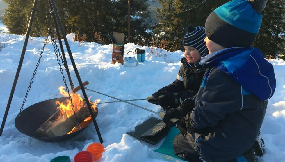 UT PÅ TUR I VINTERLAND: Hva er vel bedre enn å grille pølser og marshmallows ute på vinteren?