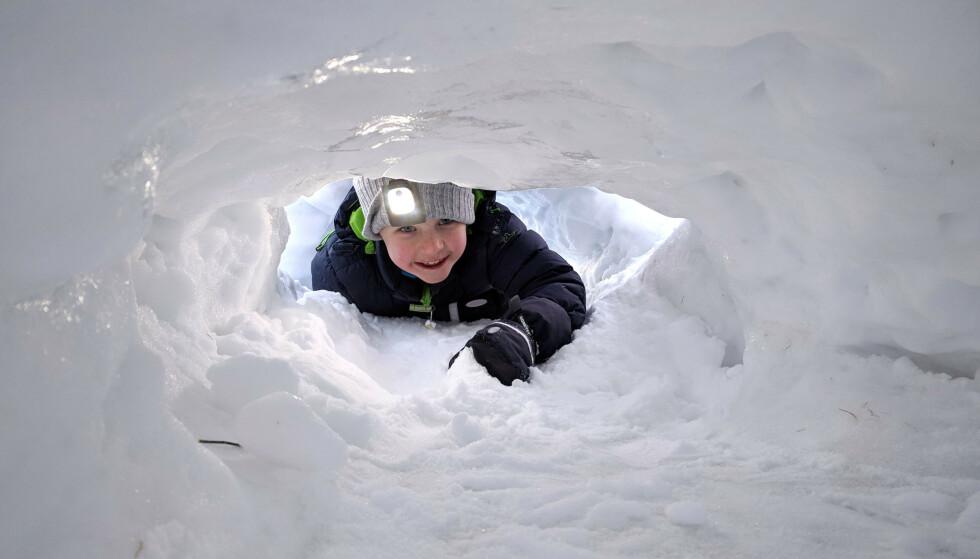 LYS I MØRKET: I en mørk snøhule kommer en lue med innebygd LED-lys godt med.