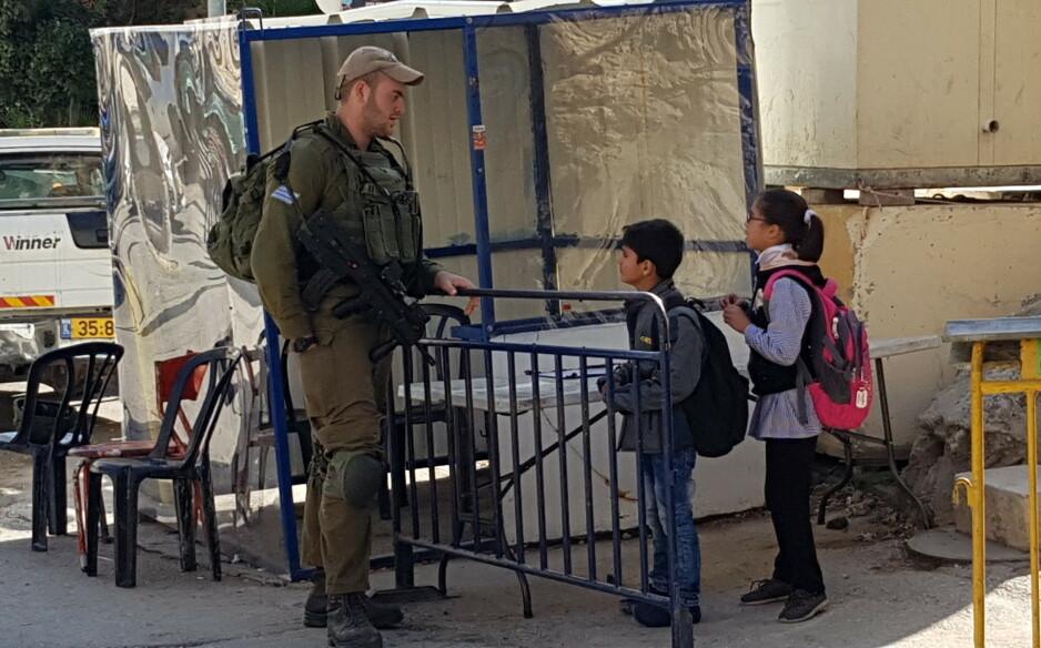 SOLDATER: Det første barna møter på vei til og fra skolen er soldater med maskingevær. Foto: Kristine Grønnestad