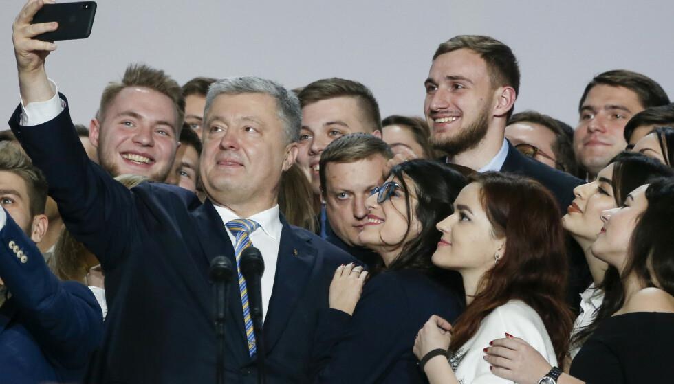 SELFIE MED PRESIDENTEN: Petro Porosjenko, 77 prosent av velgerne sier de ikke vil stemme på ham. Foto: AP / NTB Scanpix