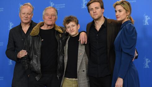 SKUESPILLERE: Stellan Skarsgård, Bjørn Floberg, Jon Ranes, Tobias Santelmann og Danica Curcic har roller i «Ut og stjæle hester». Foto: NTB Scanpix