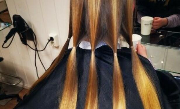 DONERES BORT: Slik samlet Angelica datterens hår i bunter til donasjon før det ble klippet av. Foto: Privat