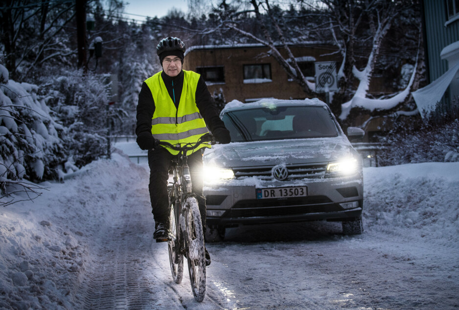 OPPMERKSOM: Rune Knappen Røed passer på at han er godt synlig og er ekstra påpasselig når han sykler om vinteren. Foto: Lars Eivind Bones