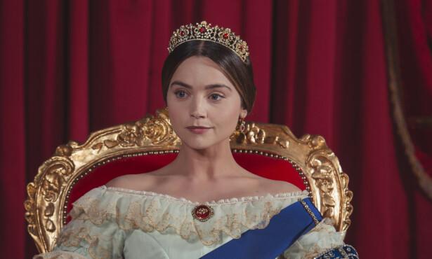 18 ÅR: Dronning Victoria arvet tronen etter sin onkel da hun var bare 18 år. Her fra TV-serien «Victoria», som er blitt sendt på NRK. Foto: ITV Entertainment