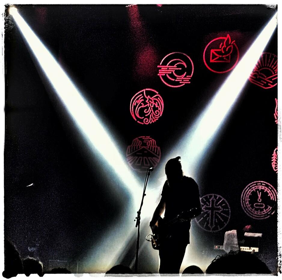ROPSTAD LIVE: Erlend Ropstad har holdt det gående ei god stund, nå er det ikke visesang, men rock med tekster som går rett i fletta. Igjen. Foto: Tom Stalsberg