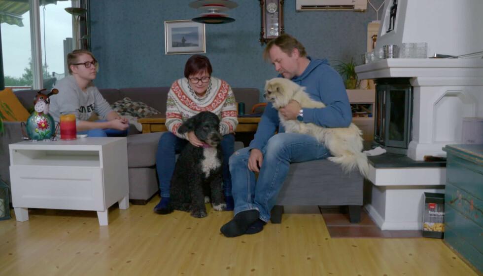 FAMILIEKOS: Da Linda kom inn i livet til familien Mette Nonseth, samboeren Johan og sønnen Sindre hadde de også den gamle hunden Tino. Foto: Monster/NRK