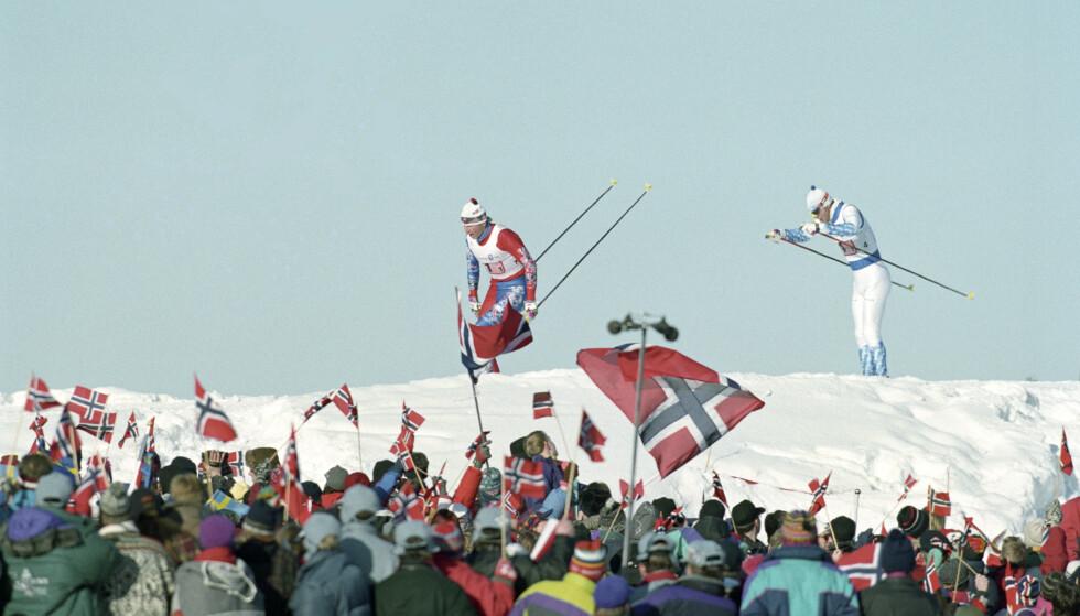 Bare nesten: Vinter-OL på Lillehammer. 4 x 10 km stafett for herrer. Langrenn. Her er Sture Sivertsen i tet på første etappe for Norge. Publikum med norske flagg. Foto. Pål Hansen / NTB scanpix