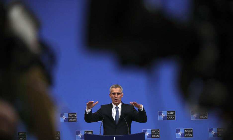 ALVORLIG: Den spente situasjonen mellom NATO og Russland er hovedsaken under forsvarsministermøtet i NATO som starter i morgen. Generalsekretær Jens Stoltenberg som holdt pressekonferanse i dag, sier at hans mest akutte oppgave nå er å redde avtalen om forbud mot atomraketter, INF-avtalen. Foto: Francisco Seco/AP
