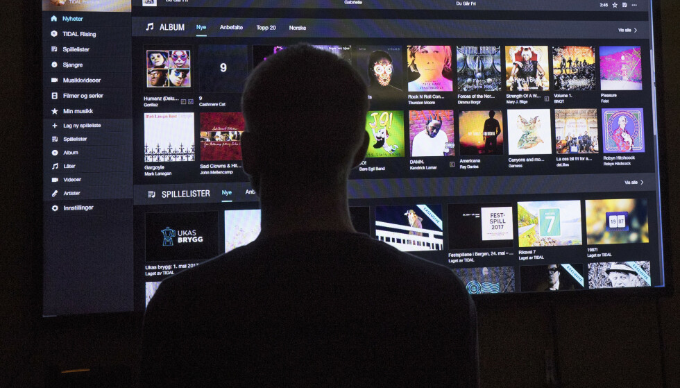 STØRRE: Stadig flere kjøper seg store TV-skjermer. Samtidig blir TVene stadig smartere og mer avanserte. Illustrasjonsfoto: Terje Bendiksby / NTB scanpix