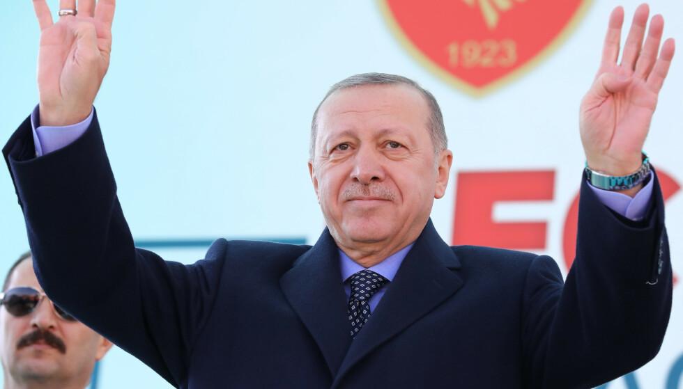 TYRKIA: President Recep Tayyip Erdogan møter en folkemasse under en åpningssermoni i Ankara. Erdogan har bygd et presidentpalass som dekker et område på 300 000 kvadratmeter i Ankara, der han og hans familiedynasti har et anneks med 250 rom.Foto: AFP / Scanpix.