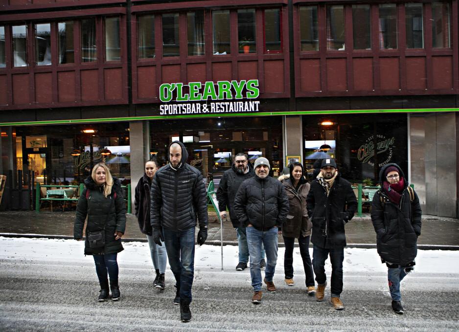 UVERDIG: Ansatte og tidligere ansatte ved O'Learys rapporterer om uverdige arbeidsforhold i restauranten, fra venstre Foteini Kyriakouli (38), servitør fra Hellas, Emma Fieber (27), servitør fra Sverige, Sebastian Mellberg (35), servitør fra Sverige, Konstantinos Manousaridis (44), kokk fra Hellas, Engin Barbak (45), servitør fra Tyrkia, Emma Fransson (27), servitør fra Sverige, Toni Molki (33), bartender fra Sverige og Malama Eirini Tsesmetzi (34), servitør fra Hellas. Foto: Frank Karlsen / Dagbladet