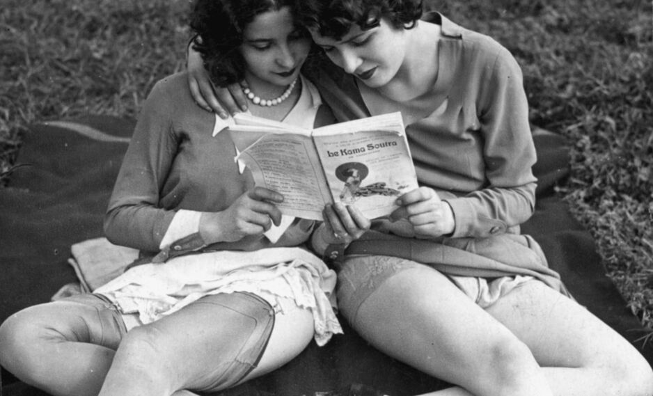 GAMLE KLASSIKERE: Kama Sutra ble skrevet på 200-tallet, lest av disse to franske kvinnene i 1925 - og er nå blant mer enn 4000 titler i kategorien «sensuell» på lydbok-appen Storytel. Foto: NTB Scanpix