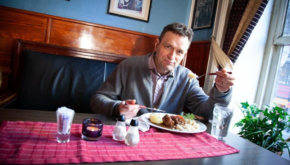 ALENE: MDG-talsmann Arild Hermstad måtte spise kjøttkakene sine uten selskap av Trygve Slagsvold Vedum. Sp--lederen mener MDG driver med klimamoralisering, mens Hermstad anklager Vedum for å karikere MDGs politikk. Foto: Privat