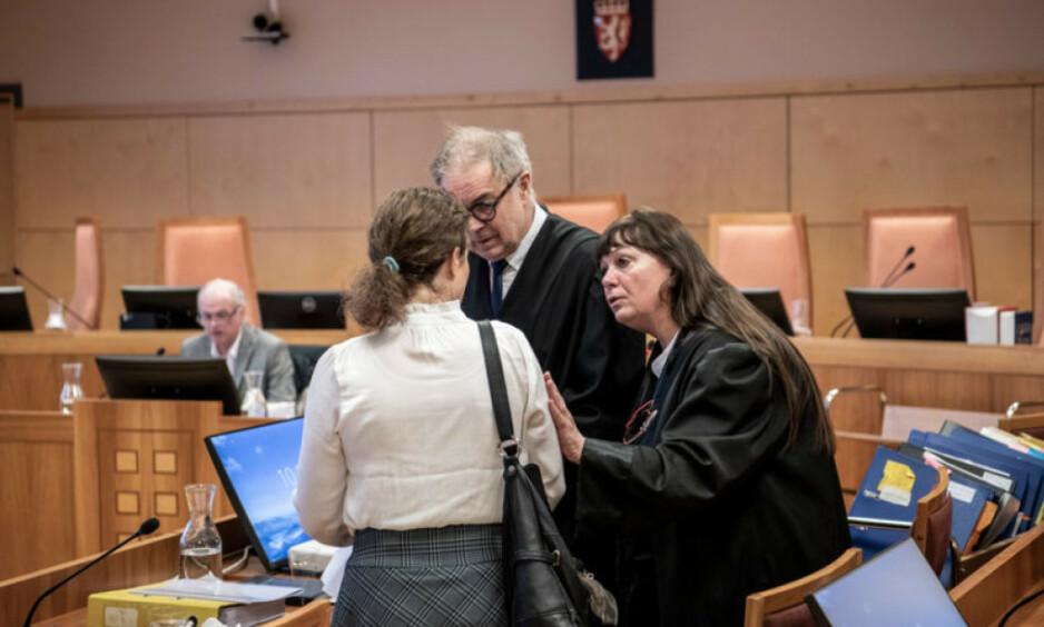 I RETTEN: Den 47-årige kvinnen forsvares av advokatekteparet Aasmund Olav Sandland og Ann Turid Bugge. I bakgrunnen psykiater Terje Tørrissen. Foto: Lars Eivind Bones / Dagbladet