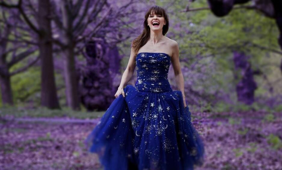 FORNØYD: Lisa Stokke fryder seg over frilanslivet, selv om det er uforutsigbart. Her foreviget i en park i nærheten av familiens hjem i England. Favorittkjolen er kjøpt på London Fashion Week. Foto: Nina Rangøy