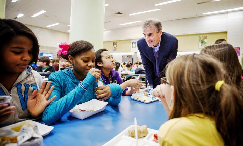 TOMSNAKK. Ap-leder Jonas Gahr Støre mener Høyre bare snakker pent om skolemat. Her fra et besøk på den offentlige barneskolen PS/IS 89 på Manhattan i 2013. Skolen, som ligger rett ved Ground Zero, vant pris for byens beste skolemat i 2012. Foto: Ørjan F. Ellingvag