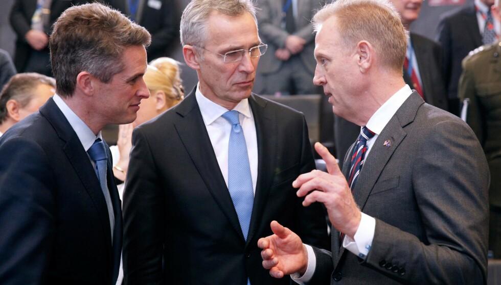 SKRYT: USAs forsvarsminister Patrick Shanahan til høyre, Stoltenberg i midten og til venstre Storbritannias forsvarsminister Gavin Williamson. Foto: AFP / NTB Scanpix