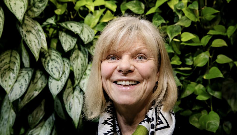 AKTIV 65-ÅRING: Kari Sarnes har funnet en jobb som hun anser som en perfekt avslutning på yrkeskarrieren: 60 prosent stilling som lønningssjef i Food Folk Norge. Eksperter sier det er en myte at man er utdatert på arbeidsmarkedet etter 55. Foto: Nina Hansen