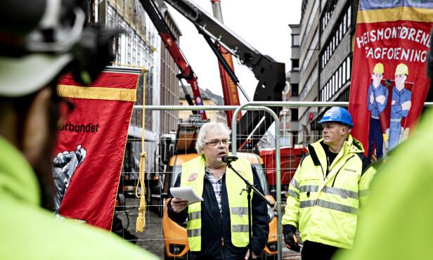 DEMONSTRERTE: Petter Vellesen i Oslo Bygningsarbeiderforening var blant talerne under torsdagens demonstrasjon. Foto: Nina Hansen