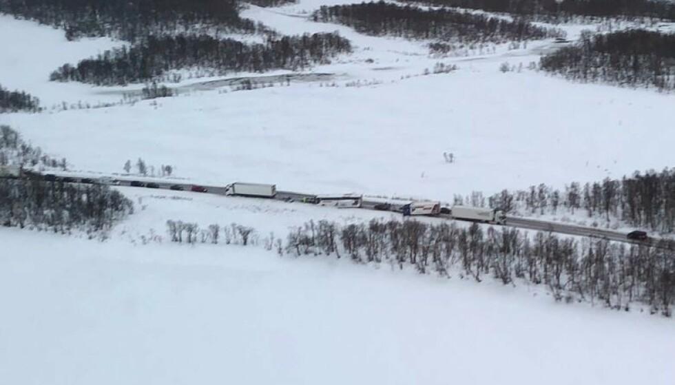 KAOS: Norsk Luftambulanse var på et annet oppdrag i distriktet, og tok dette bildet av kaoset på E10 ved Evenes. Foto: Stiftelsen Norsk Luftambulanse