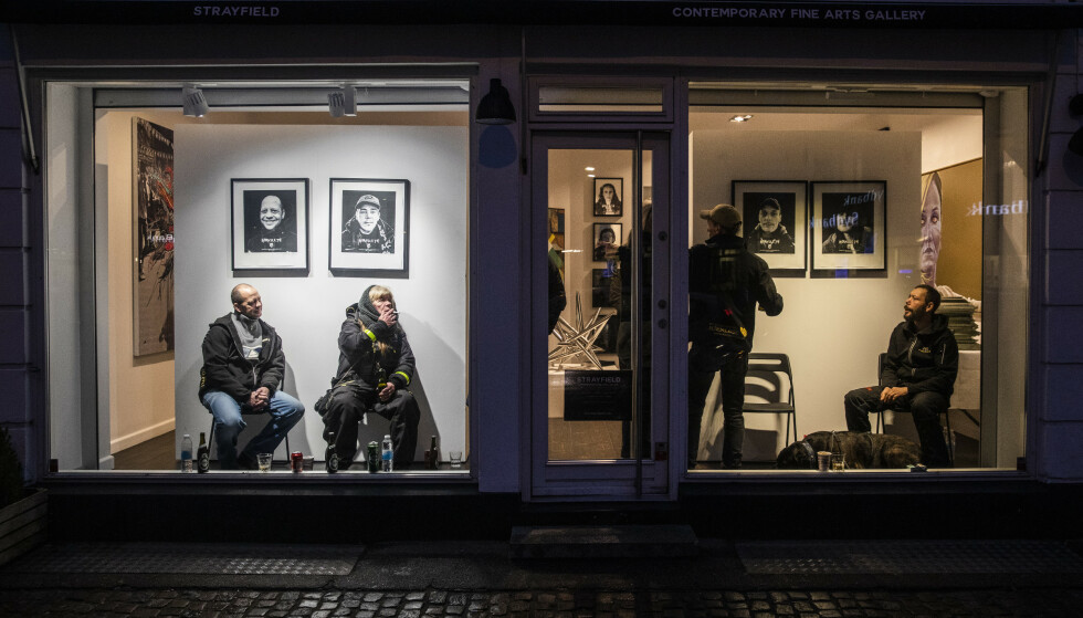 SATT I BUR: Da Kristian von Hornsleth åpnet sitt nye galleri i Danmark, stilte han ut uteliggere i glassmontre. - Jeg vil gi folk muligheten til å stå ansikt til ansikt med et levende, hjemløst menneske, sier han om utstillingen. Foto: NTB scanpix