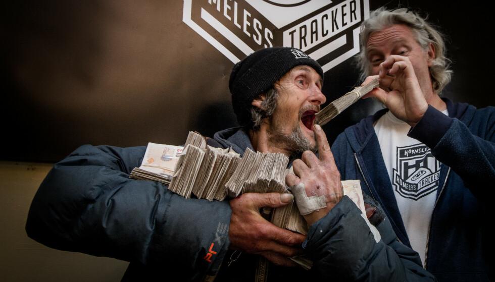 DELER PENGENE: Halvparten av pengene som kommer inn på prosjektet, går til de hjemløse som har stilt seg seg til disposisjon. Foto: Hornsleth Homeless Tracker