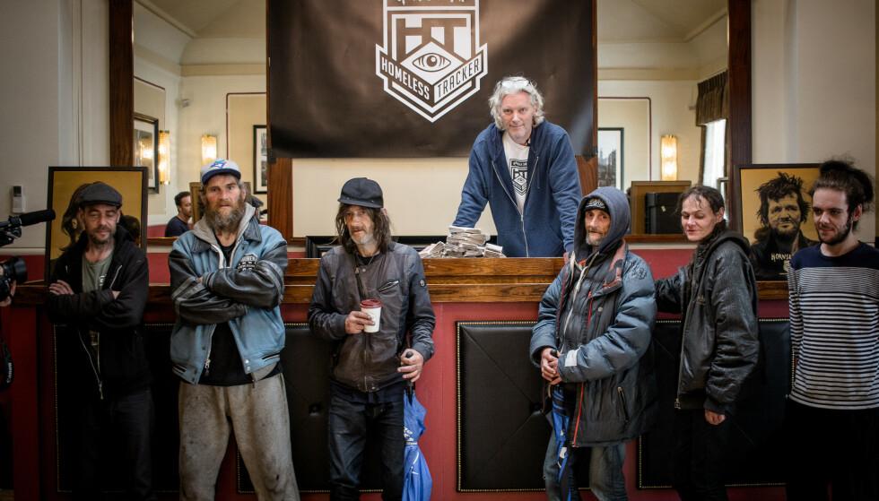 GULL-GUTTA: Her er kunsteren (bakerst) med gruppa med «gull-hjemløse» fra London. Foto: Hornsleth Homeless Tracker