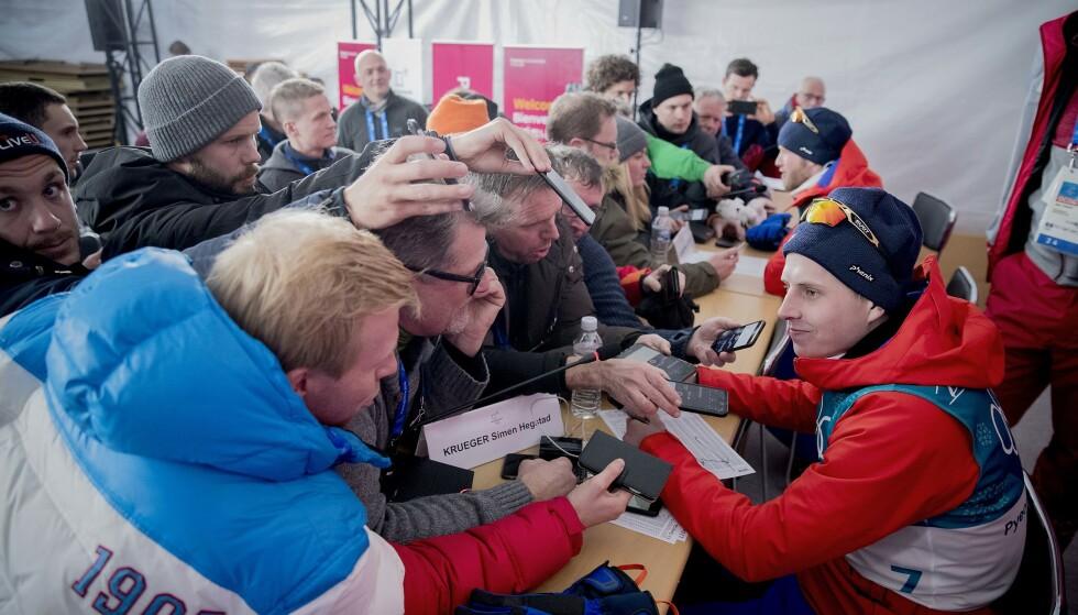 GLOHET: Alle ville ha en bit av Simen Hegstad Krüger etter OL-gullet på 30 km fellesstart med skibytte i Pyeongchang. I Seefeld får han ikke gå distansen. Foto: Bjørn Langsem / Dagbladet