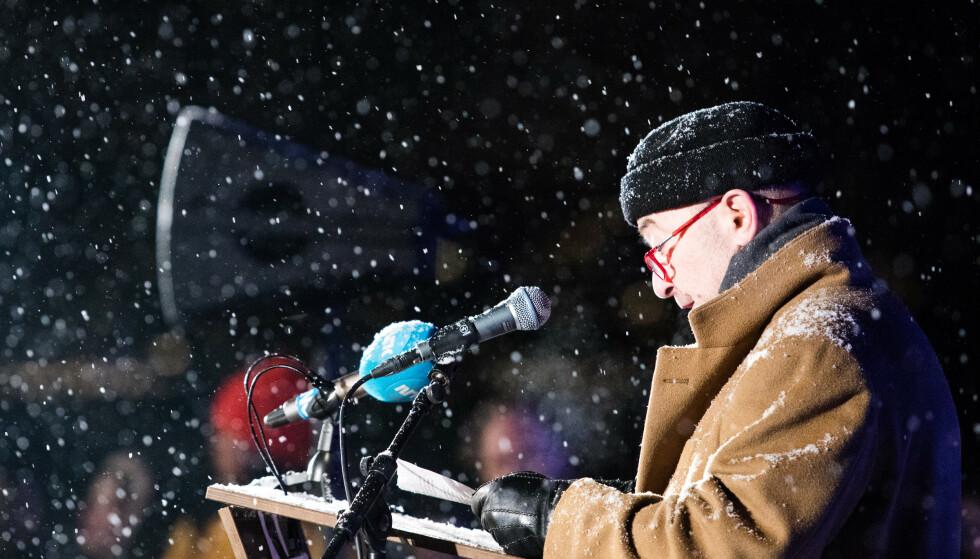 MINNES HVERT ÅR: Ervin Kohn, forstander i Det Mosaiske Trossamfund Oslo og andre nestleder i Antirasistisk senter, taler under den nasjonale minnemarkeringen av den internasjonale Holocaustdagen på Akershuskaia i Oslo for ett år siden. Foto: Audun Braastad / NTB Scanpix