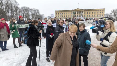 MØTTE DEMONSTRANTER: Venstre-leder Trine Skei Grande møtte aktivister fra Natur og Ungdom utenfor Slottet fredag. Foto: Gorm Kallestad / NTB scanpix