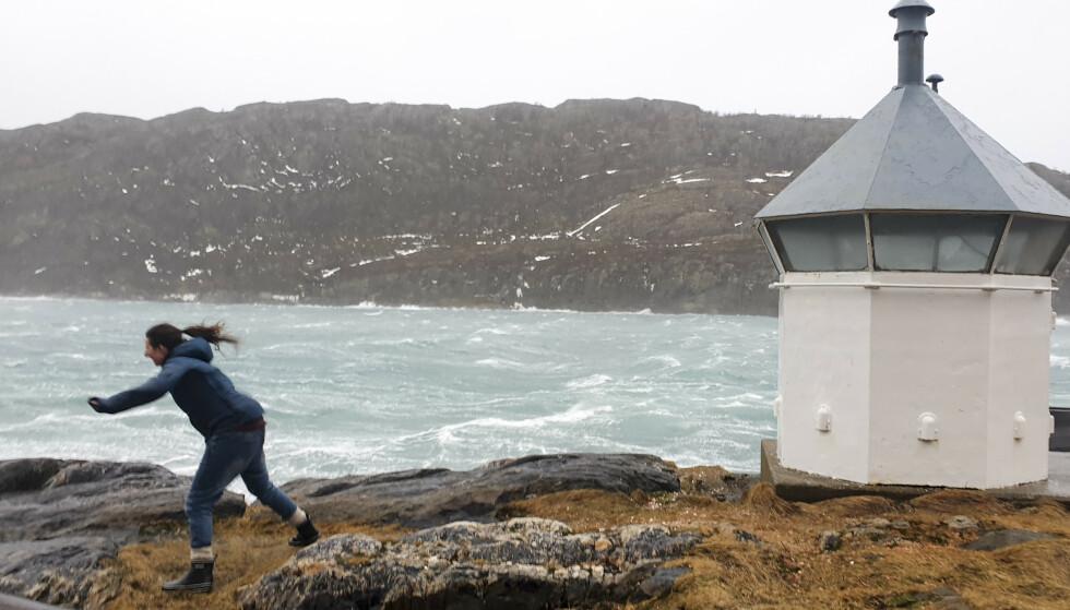 STERK VIND: Det er vanskelig å stå oppreist i uværet ved rødbrygga til Salta kystlag på Nyholmen i Bodø lørdag formiddag. Foto: Bjørn Godal / NTB scanpix
