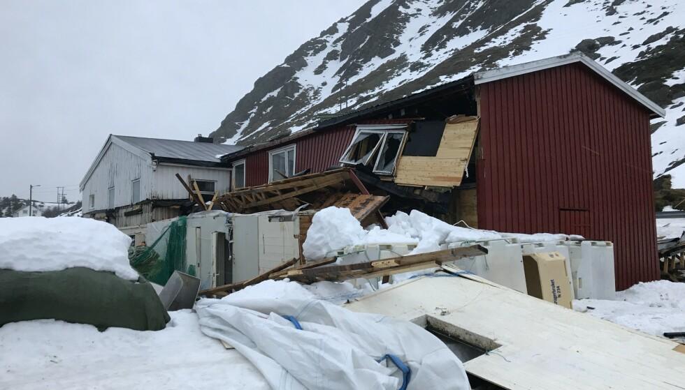 VINDEN: Den sterke vinden har ført til store ødeleggelser på dette bygget. Foto: Politiet
