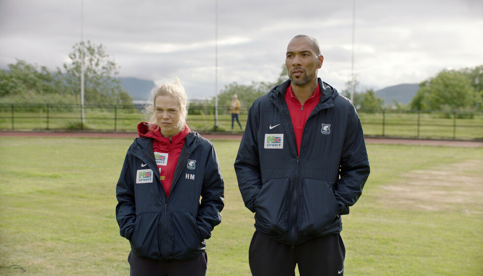 TILBAKE: Den kvinnelige fotballtreneren Helena Mikkelsen (Ane Dahl Torp) og Michael Ellingsen (Jon Carew) er tilbake i «Heimebane» sesong to. Foto: Motlys / NRK