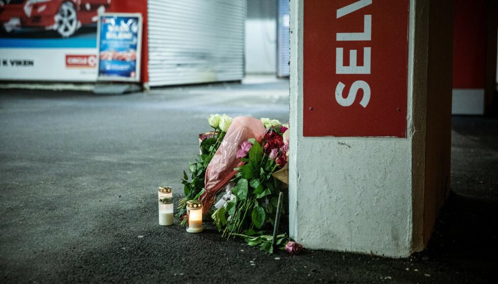 MINNES: Det er lagt ned blomster på åstedet ved Circle K på Danmarks plass i Bergen. Said Bassam Chataya ble fredag kveld knivdrept på stedet. Foto: Eivind Senneset / Dagbladet